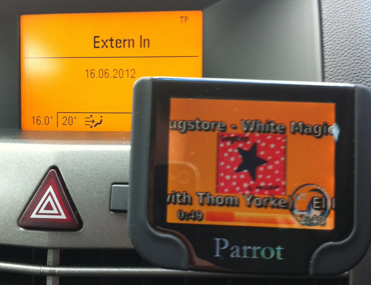 "With the 'mute' cable connected, the stereo will display ""Extern in"", and will ignore the steering wheel controls when you use them to control the Parrot. © Haydn Williams 2012"